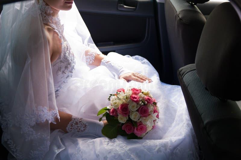 красивейшее усаживание автомобиля невесты стоковое изображение rf