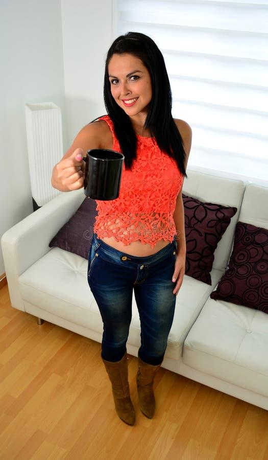красивейшее удерживание девушки чашки стоковая фотография rf