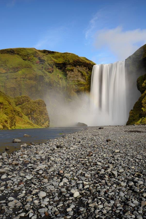 Красивейшее Skogafoss Изумительный ландшафт на заходе солнца в самом популярном водопаде в Исландии стоковая фотография