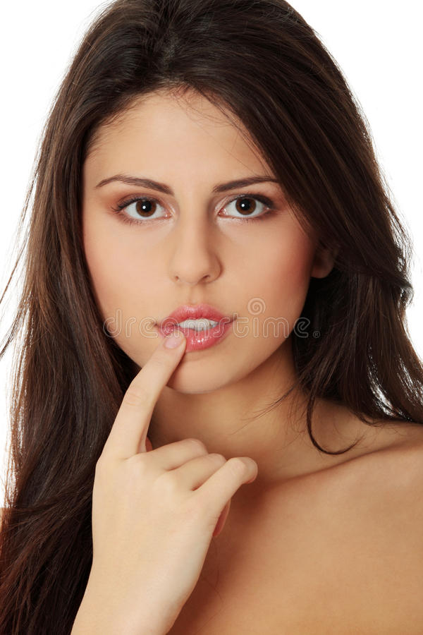 красивейше ее губы касатьясь детенышам женщины стоковое фото