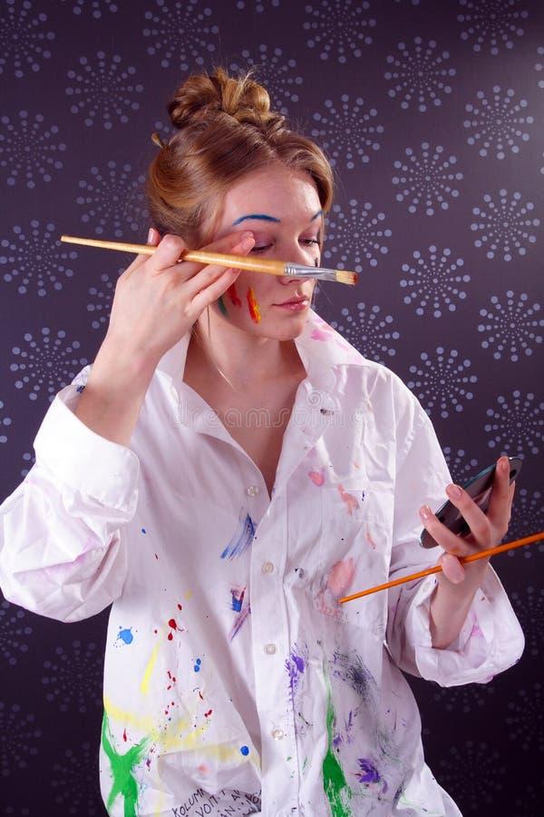 красивейше смотрите на ее детенышей женщины краски стоковые изображения