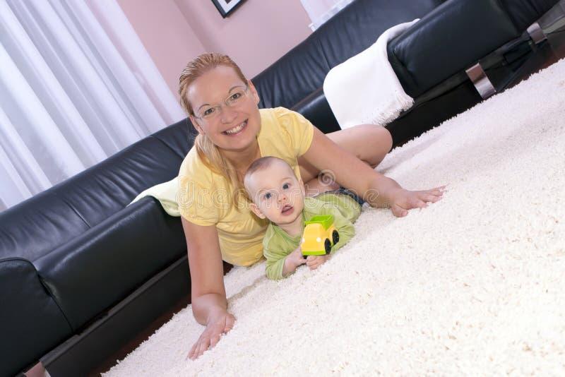 красивейше счастливо ее мама играя сынка стоковые изображения