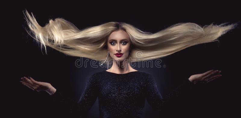 красивейшие белокурые волосы девушки длиной стоковая фотография