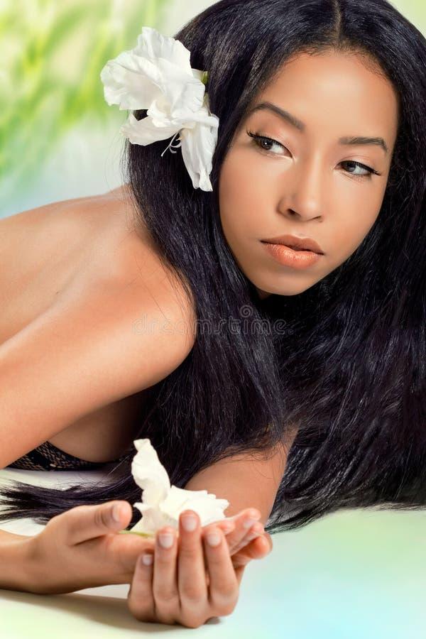 красивейшие волосы цветков ее детеныши женщины стоковое изображение rf