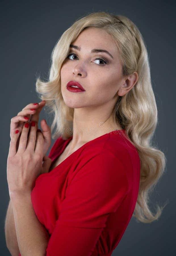 красивейшие волосы девушки вечера стоковое изображение
