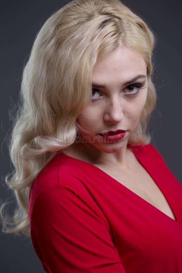 красивейшие волосы девушки вечера стоковое фото