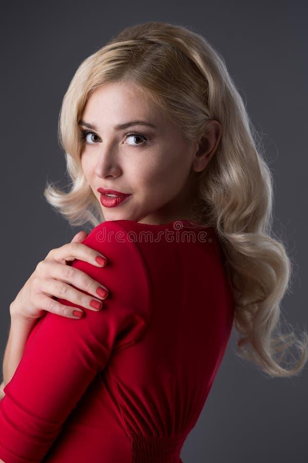 красивейшие волосы девушки вечера стоковые изображения rf