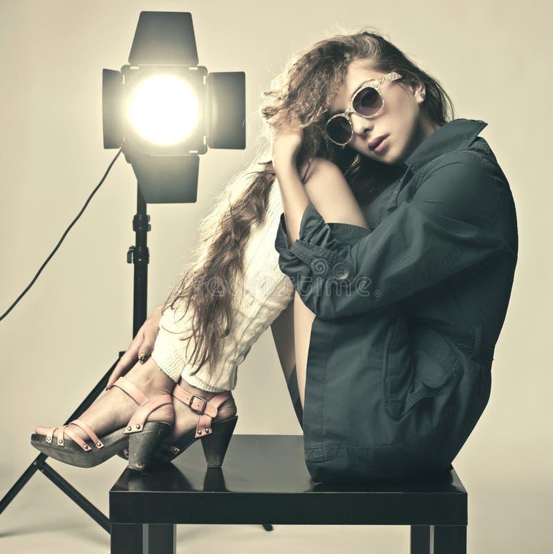 красивейшие выразительные детеныши женщины студии съемки стоковая фотография