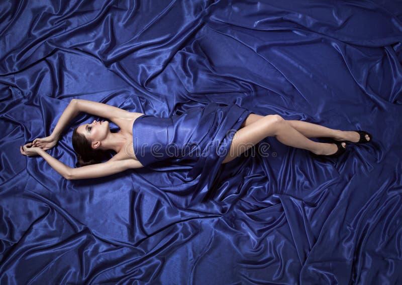 красивейшие голубые детеныши женщины платья стоковое изображение