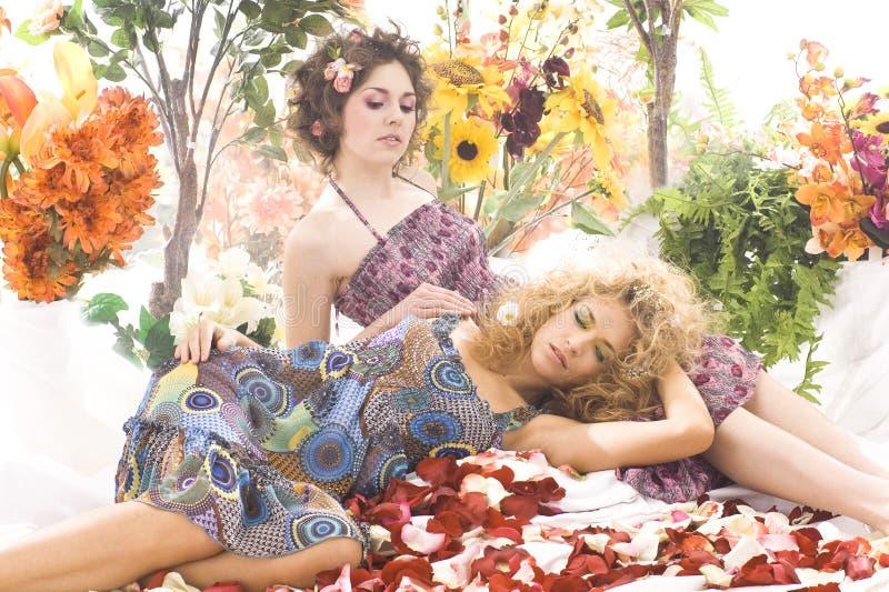 красивейшие девушки способа платьев снимают лето стоковое фото