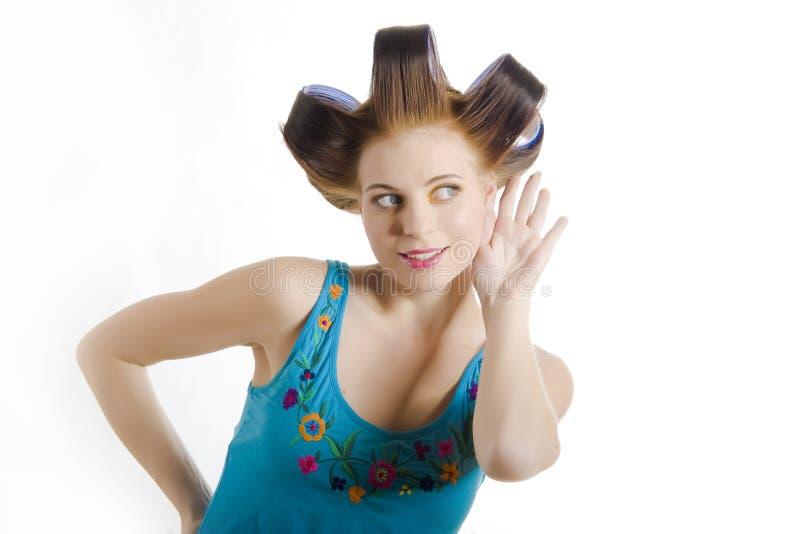 красивейшие детеныши домохозяйки волос curlers стоковое фото rf