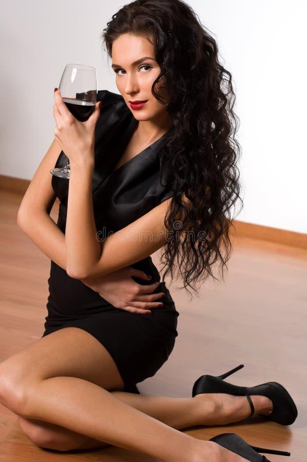 Download красивейшие детеныши женщины брюнет Стоковое Изображение - изображение насчитывающей мило, элегантность: 18386583