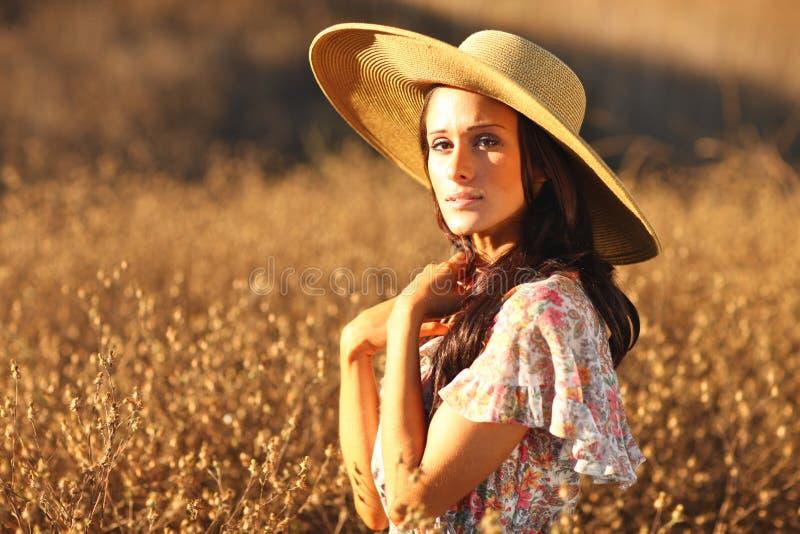 красивейшие детеныши женщины временени поля стоковое изображение