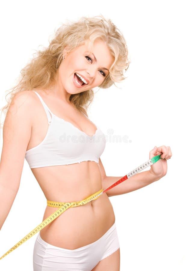 красивейшие детеныши женщины ленты измерения стоковые фото