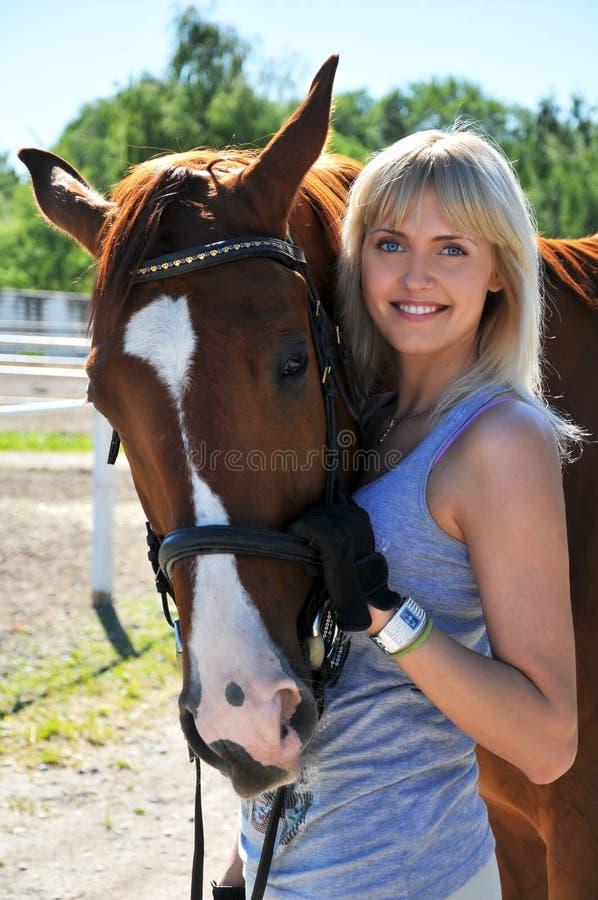 красивейшие детеныши женщины лошади стоковое изображение