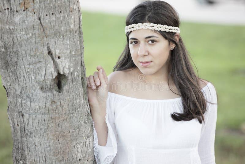 красивейшие детеныши женщины парка стоковая фотография