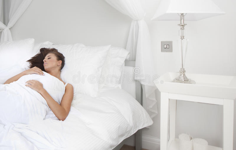 красивейшие детеныши женщины спать брюнет стоковое изображение