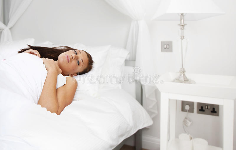красивейшие детеныши женщины спать брюнет стоковое изображение rf