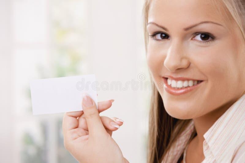 красивейшие детеныши женщины удерживания карточки стоковая фотография