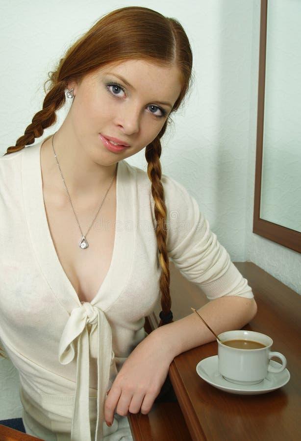 красивейшие детеныши женщины чашки coffe стоковое изображение
