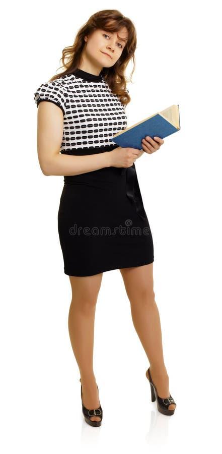 красивейшие детеныши женщины чтения книги стоковые фотографии rf