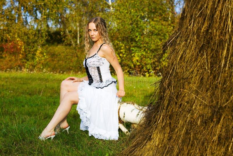 красивейшие детеныши женщины haystack стоковое изображение rf
