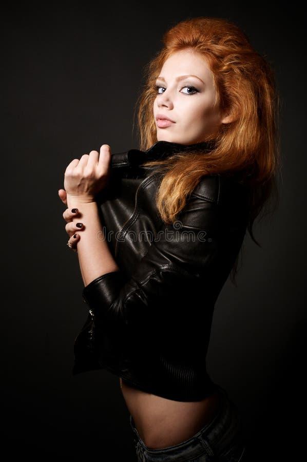 красивейшие детеныши женщины redhead портрета стоковое изображение rf