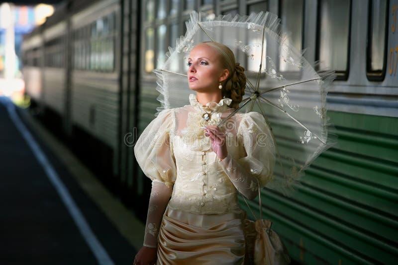 красивейшие детеныши зонтика портрета ne невесты стоковое изображение rf