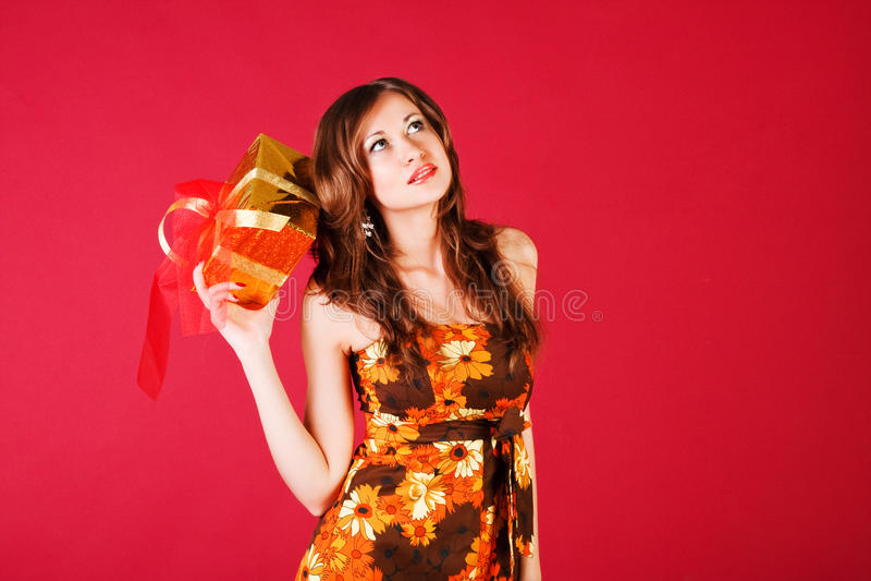 красивейшие детеныши настоящего момента девушки платья стоковая фотография rf