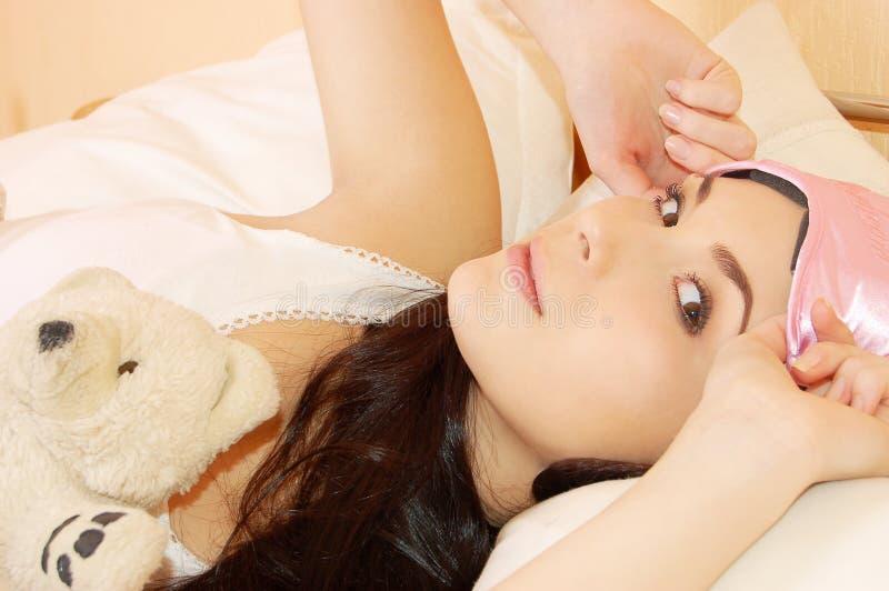 красивейшие детеныши утра девушки кровати стоковое изображение