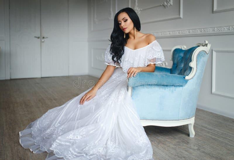 красивейшие детеныши белизны платья невесты стоковое изображение