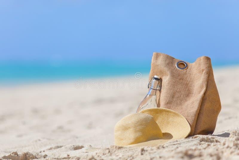 Download красивейшие детеныши женщины каникулы бассеина принципиальной схемы Стоковое Изображение - изображение насчитывающей океан, baggies: 40591875