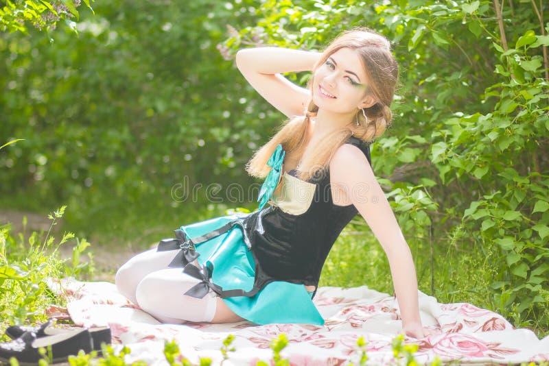 Download красивейшие детеныши женщины портрета Стоковое Изображение - изображение насчитывающей jewelry, brougham: 40581587