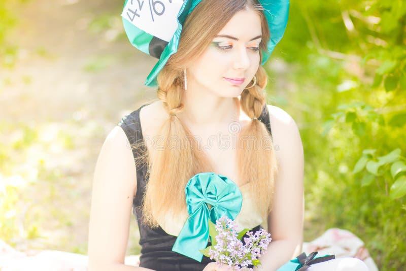 Download красивейшие детеныши женщины портрета Стоковое Изображение - изображение насчитывающей hatter, волосы: 40581599