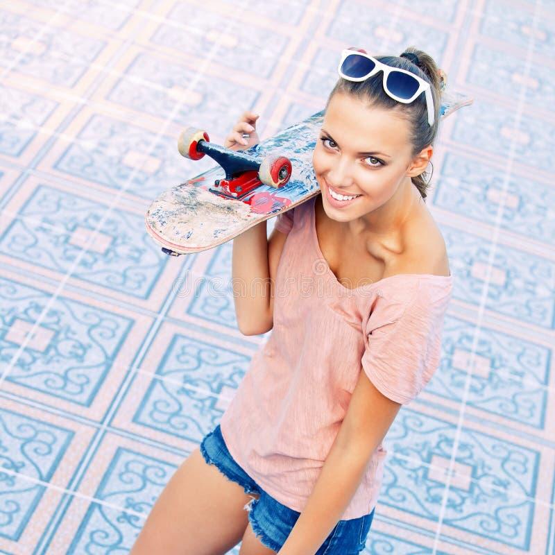 красивейшие детеныши женщины солнечных очков стоковое изображение rf