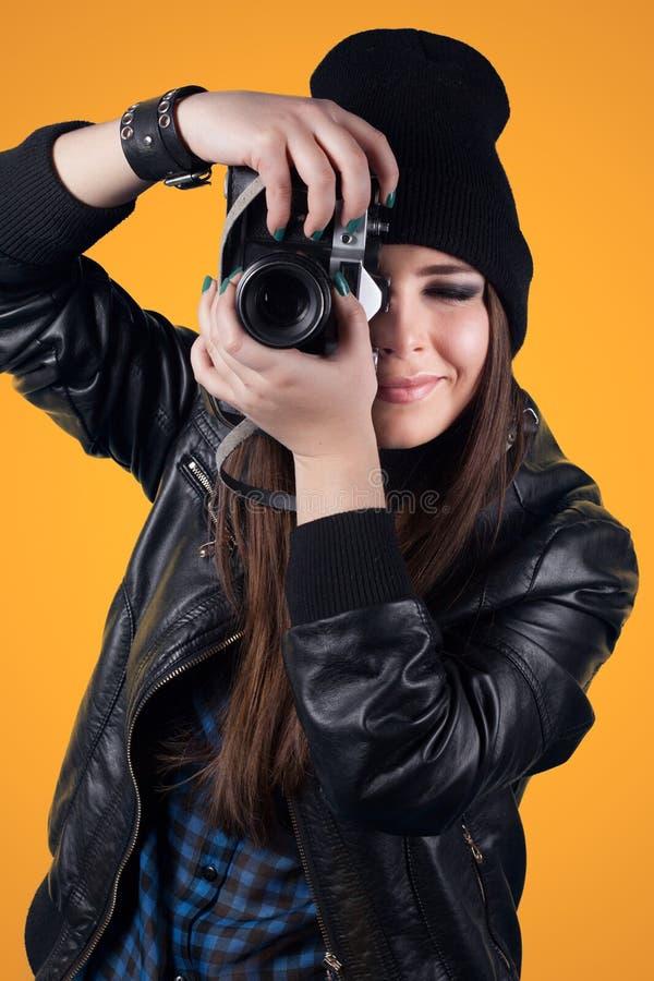 красивейшие детеныши женщины удерживания камеры стоковое фото