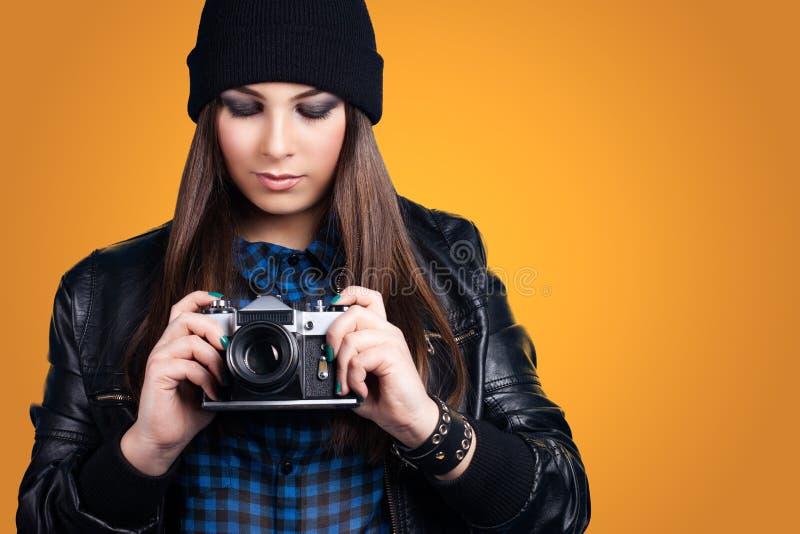 красивейшие детеныши женщины удерживания камеры стоковые изображения