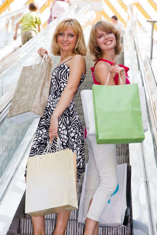 красивейшие женщины покупкы молодые стоковые фотографии rf