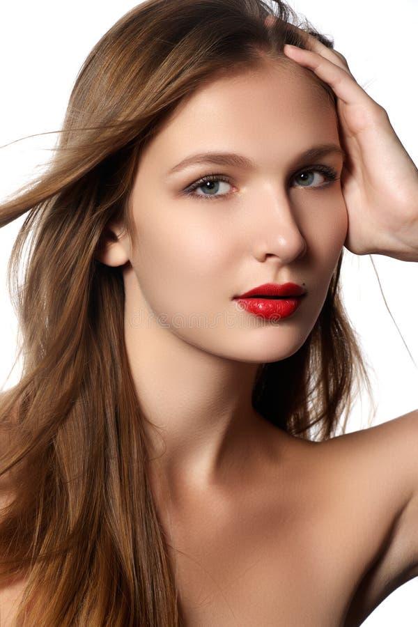 красивейшие косметики красотки выравнивая здоровье стиля причёсок haircare волос способа длиной делают модельную глянцеватую прям стоковое фото