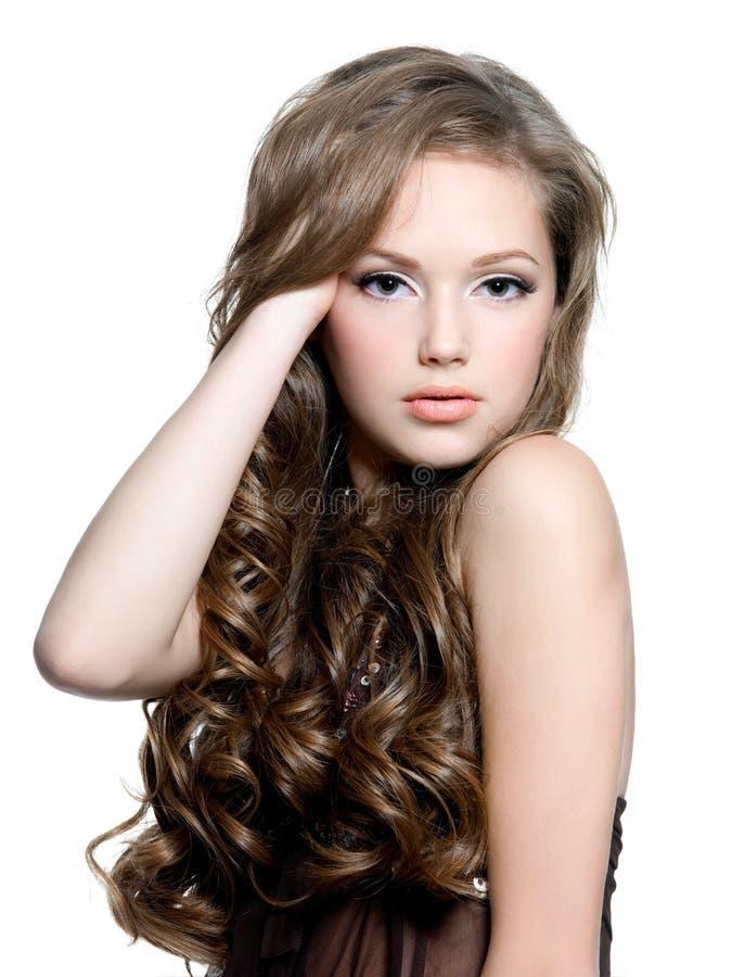 красивейшие курчавые волосы волос девушки вручают ее длиннее предназначенное для подростков стоковое фото rf