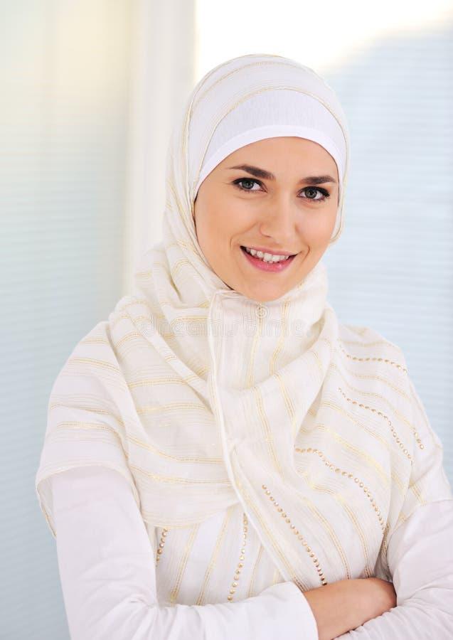 красивейшие мусульманские детеныши женщины стоковые изображения