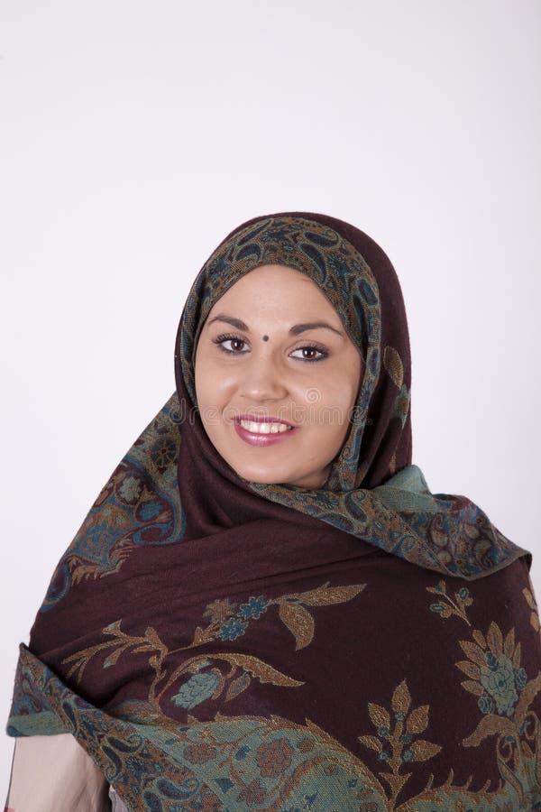 красивейшие мусульманские детеныши женщины стоковые фото