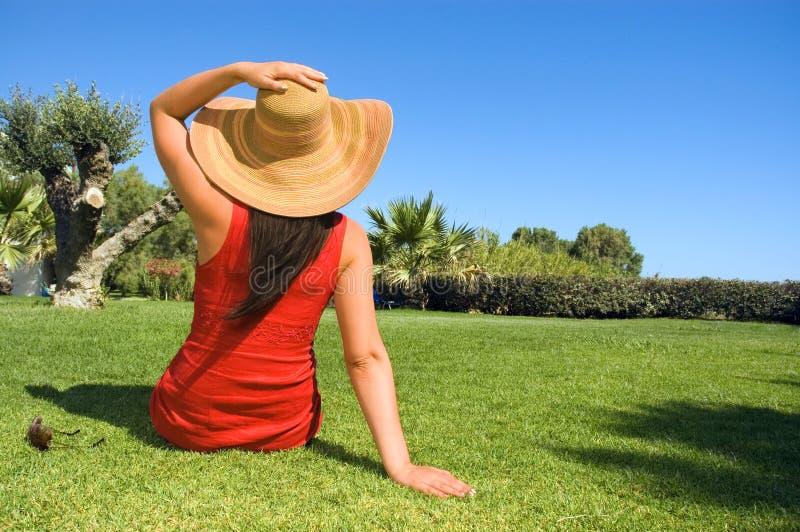 красивейшие наслаждаясь детеныши женщины солнца стоковая фотография rf