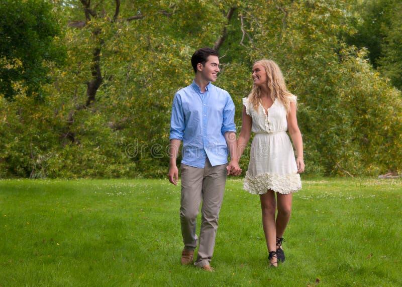 красивейшие пары паркуют гуляя детенышей стоковое фото rf