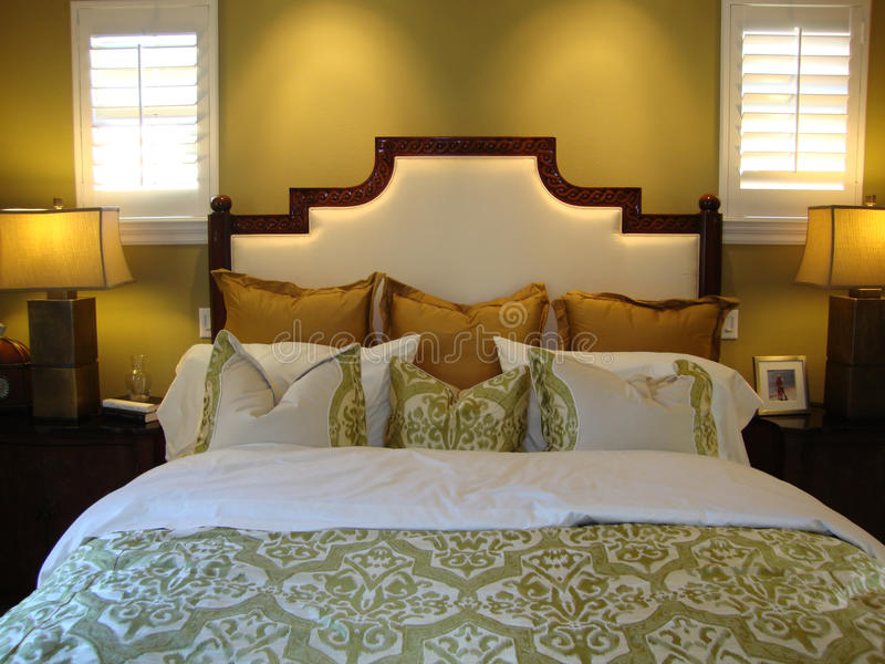 красивейшие подушки кровати стоковое изображение