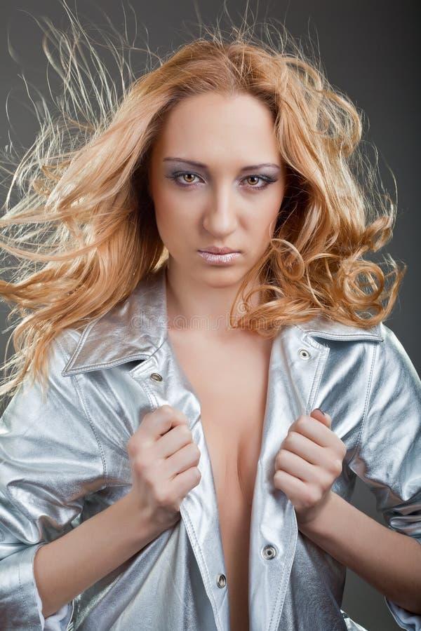 красивейшие пропуская детеныши женщины волос стоковое изображение rf