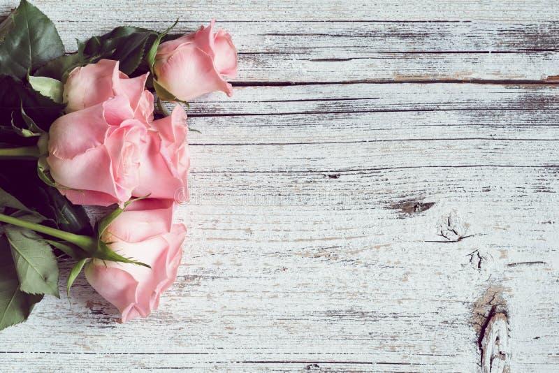 красивейшие розовые розы сбор винограда бумаги орнамента предпосылки геометрический старый стоковая фотография rf