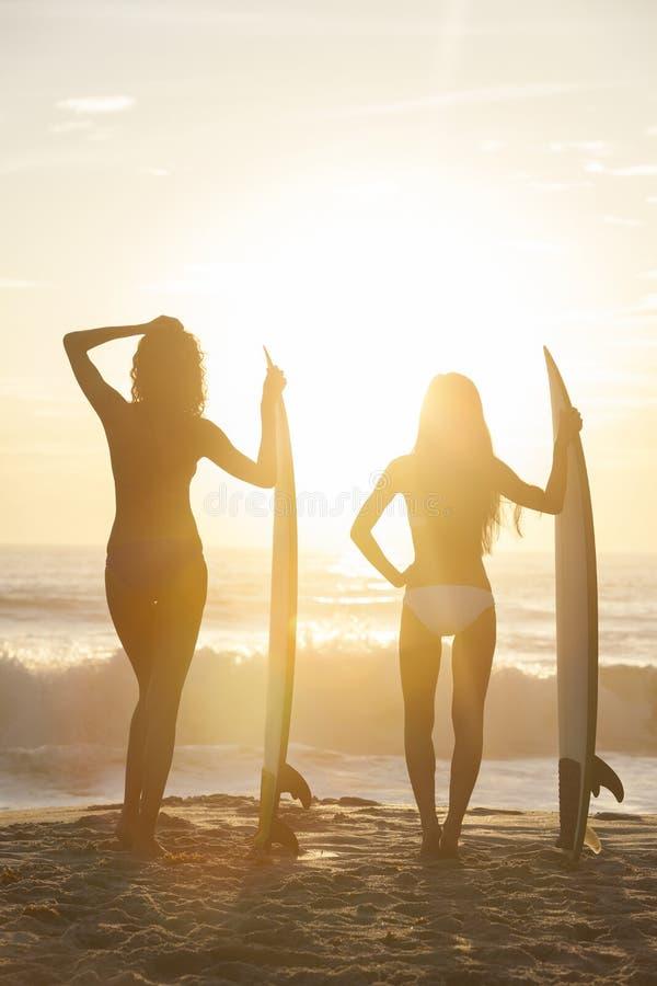 Красивейшие серферы & Surfboards женщин Бикини на пляже стоковые фотографии rf