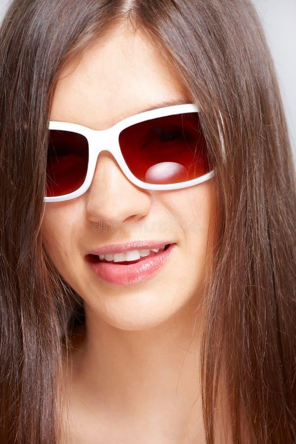 красивейшие солнечные очки девушки способа молодые стоковые фото