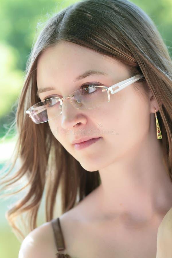 красивейшие стекла девушки стоковое изображение rf